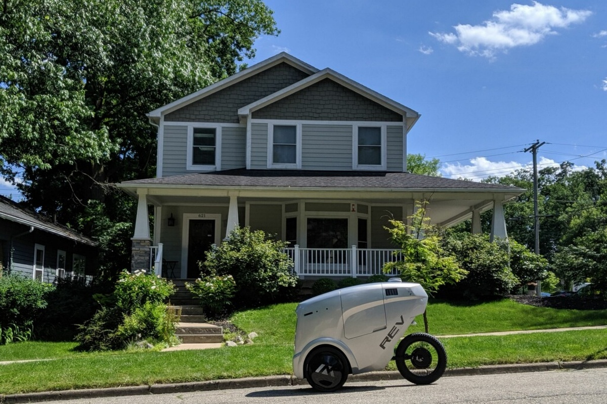 The Rev-1 autonomous delivery robot from Refraction AI in action