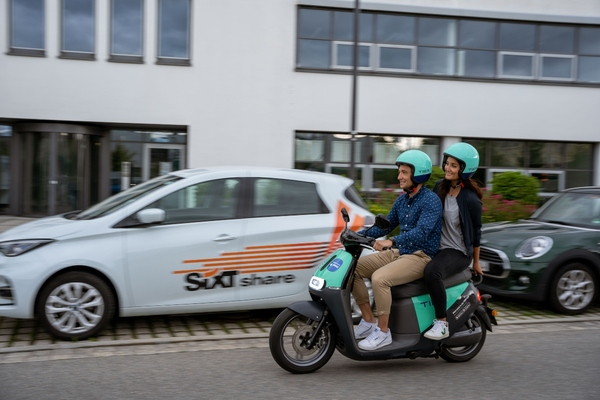 First-time e-moped riders receive a tutorial with information and instructions for use